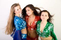 Dancing di pancia delle tre ragazze Immagine Stock