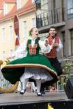 Dancing di piega lettone tradizionale Fotografie Stock