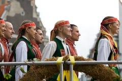Dancing di piega lettone tradizionale Fotografia Stock