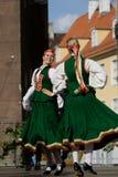 Dancing di piega lettone tradizionale Immagini Stock