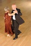 Dancing di sala da ballo maggiore delle coppie immagine stock