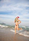 Dancing divertente della donna sulla spiaggia Immagine Stock Libera da Diritti