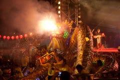 Dancing dorato del drago durante il nuovo anno cinese. Immagini Stock