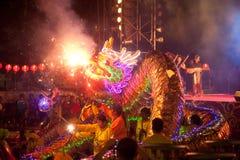 Dancing dorato del drago durante il nuovo anno cinese. Fotografia Stock