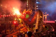 Dancing dorato del drago durante il nuovo anno cinese. Immagini Stock Libere da Diritti