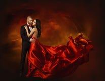 Dancing elegante delle coppie nell'amore, donna in vestiti rossi e amante