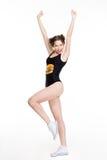 Dancing emozionante positivo della stampa della giovane donna e saltare come la ragazza pon pon Fotografie Stock Libere da Diritti