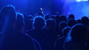 Dancing enorme della folla ad una manifestazione del DJ, con i grandi effetti del fulmine Barcellona video d archivio