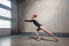 Dancing esile della donna di eleganza vicino alla finestra fotografie stock