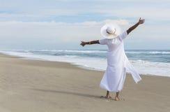 Dancing felice della donna dell'afroamericano sulla spiaggia Fotografia Stock