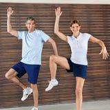 Dancing felice delle coppie in ginnastica Fotografia Stock