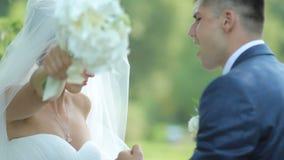 Dancing felice dello sposo e della sposa nel parco Le persone appena sposate del croissant si divertono nel parco Giorno delle no stock footage