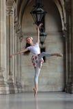 Dancing grazioso della ballerina in un palazzo fotografia stock libera da diritti