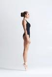 Dancing grazioso della ballerina in uno studio immagine stock