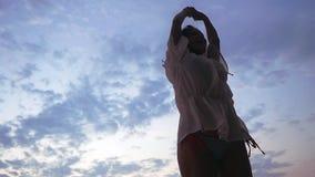 Dancing grazioso emozionante felice della donna che fila intorno alla spiaggia tropicale sui precedenti del cielo blu Movimento l stock footage