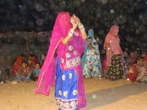 Dancing indiano della donna nelle nozze fotografia stock