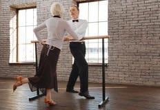 Dancing invecchiato divertente divertente delle coppie nella sala da ballo immagini stock