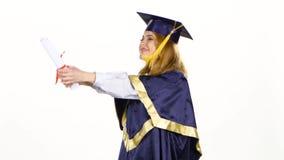 Dancing laureato con il diploma nelle mani bianco video d archivio