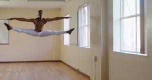 Dancing maschio del ballerino di balletto nello studio 4k archivi video
