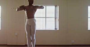 Dancing maschio del ballerino di balletto nello studio 4k stock footage