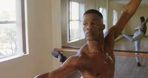 Dancing maschio del ballerino di balletto nello studio 4k video d archivio