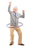 Dancing maturo del signore con un hula-hoop Fotografie Stock
