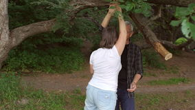 Dancing maturo felice delle coppie nel parco, movimento lento archivi video