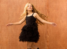 Dancing nero della ragazza del bambino del vestito ed annata di torcimento Fotografia Stock