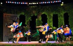 Dancing peruviano del gruppo di folclore nelle paia in scena Immagine Stock Libera da Diritti
