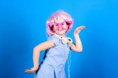Dancing Queen Il piccolo bambino gode di di ballare alla musica moderna Bambina che balla e che fa festa con il piacere adorable fotografia stock libera da diritti