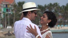 Dancing romantico della moglie e del marito stock footage