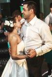 Dancing romantico della sposa e dello sposo della coppia sposata al recep di nozze Fotografie Stock