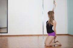 Dancing sexy del palo della giovane donna Immagine Stock
