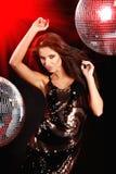 Dancing sexy della ragazza sopra la sfera dello specchio Immagini Stock