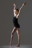 Dancing sorridente della ragazza della ginnasta Fotografie Stock