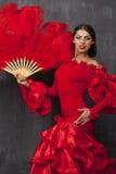 Dancing spagnolo tradizionale del ballerino di flamenco della donna in un vestito rosso fotografie stock