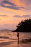 Dancing spensierato della donna nel tramonto sulla spiaggia concetto vivente sano di vitalità di vacanza Immagini Stock Libere da Diritti