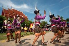 Dancing tailandese tradizionale nel festival 'Boon Bang Fai' di Rocket Fotografia Stock