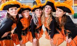 Dancing tedesco del gruppo di folclore nel carnevale Fasching su Rose Monda immagini stock