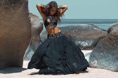 Dancing tribale della donna sulla spiaggia Fotografia Stock
