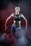 Dancing tribale della ragazza in nebbia Immagine Stock Libera da Diritti