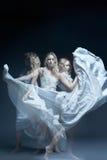 Dancingowa dziewczyna w ślubnej sukni z multiexposition Obraz Stock