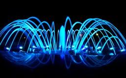 Dancingowa fontanna przy nocą, błękitny kolor Zdjęcie Stock