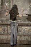 dancingowa fontanny blisko kobieta obraz royalty free