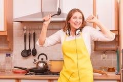 Dancingowa gospodyni domowa w kuchni Zdjęcie Royalty Free
