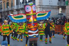 Dancingowa grupa ludzi w kolorowych kostiumach przy festiwalem Fotografia Stock
