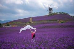Dancingowa kobieta macha białych scarves Fotografia Stock