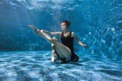 Dancingowa kobieta podwodna Zdjęcia Royalty Free