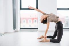 Dancingowa kobieta robi ruchu z przegiętym plecy fotografia stock