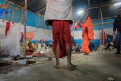 Dancingowa kobieta wśród Indiańskiego Hinduskiego sadhus Obrazy Stock